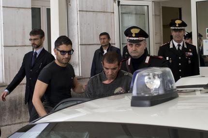 Luigi Preiti preso in consegna dalla forze dell'ordine all'uscita del pronto soccorso dell'ospedale San Giovanni di Roma