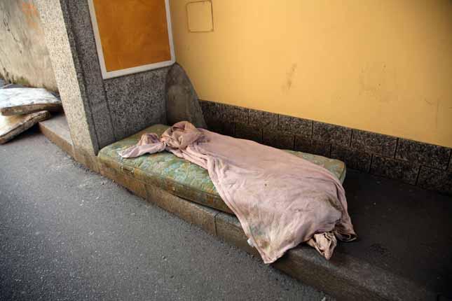 Il giaciglio notturno di Kabobo in  via Palucci dove si presume dormisse la notte