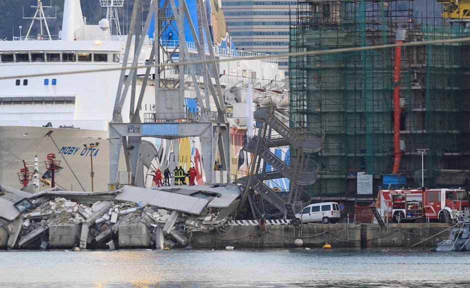 Torre del porto di Genova crollata