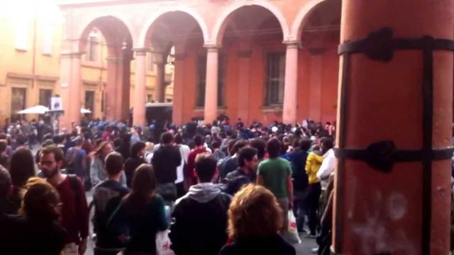 Bologna. Scontri tra studenti e polizia. Gli agenti si ritirano