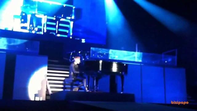 Justin Bieber viene assalito da un fan durante un concerto a Dubai