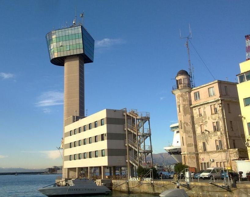 La torre dei piloti prima dell'incidente avvenuto nel porto di Genova