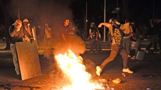 I brasiliani si scontrano con la polizia mentre i parlamentari cercano di smorzare la protesta varando una legge anti-corruzione