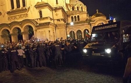 """Agenti antisommossa cercano di aprire un varco per """"liberare"""" i parlamentari assediati"""