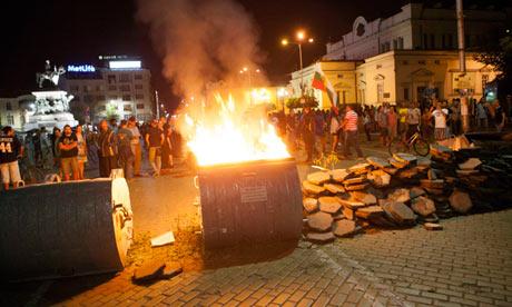 I manifestanti costruiscono delle barricate