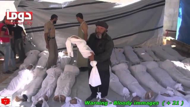 """La Strage con il """"gas nervino"""" le prime sepolture di civili donne e bambini a Damasco in Siria"""