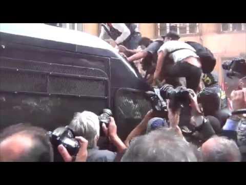 Manifestazione per la casa a Roma, l'assalto al blindato