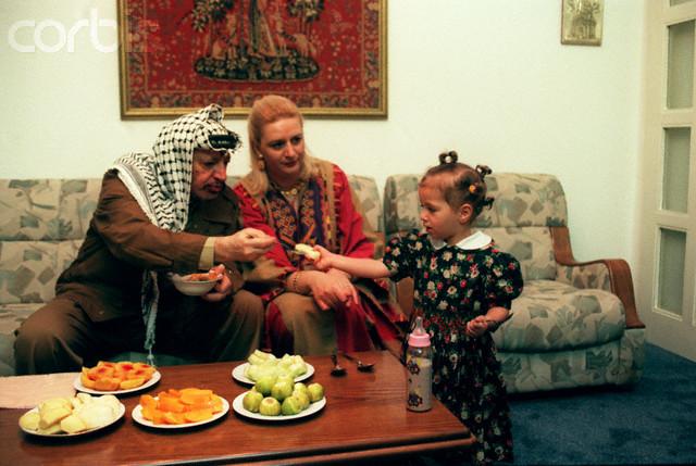 1 settembre 1997, Gaza, Striscia di Gaza --- La famiglia di Yasser Arafat , la moglie Soha e la figlia Zahwa nella loro casa di Gaza