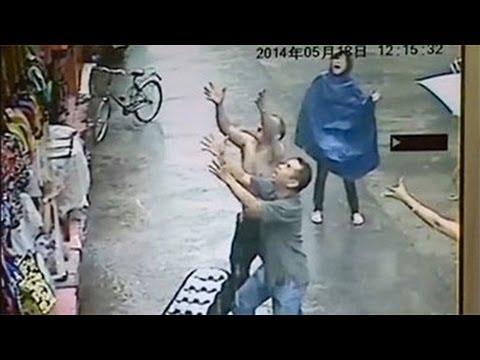 Un uomo salva un bambino mentre cade dal secondo piano