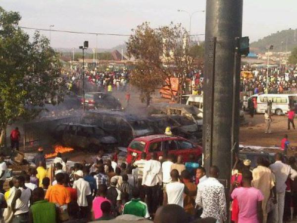 Un ennesimo attentato dinamitardo uccide, nella città di Mubi in Nigeria, oltre 40 tifosi di calcio, al termine della manifestazione sportiva all'uscita dallo stadio.