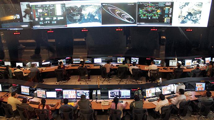 Indian Space Research Organization (ISRO),  gli scienziati e gli ingegneri controllano i movimenti della sonda indiana in orbita su Marte al loro Spacecraft Control Center nella città meridionale indiana di Bangalore