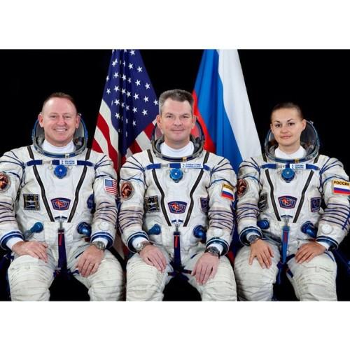 Il nuovo equipaggio della ISS trasportato dalla Soyuz TMA-14M: a sinistra l'ingegnere di volo Barry Wilmore della NASA, al centro il comandante della Soyus Alexander Samokutyaev dell'Agenzia Spaziale Federale Roscosmos ed a destra l'ingegnere di volo russa Elena Serova di Roscosmos.