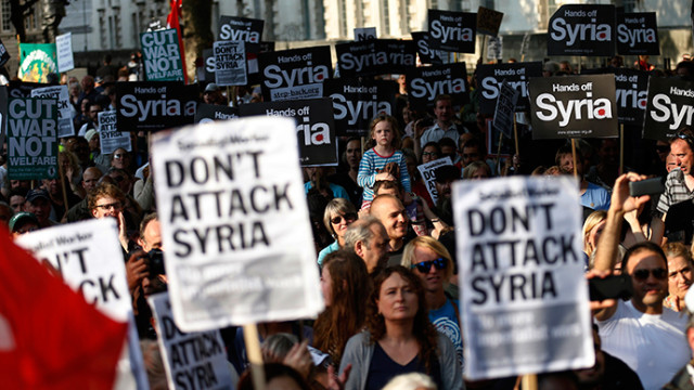 Protesta pacifista a Downing Street: 'Non bombardate l'Iraq e la Siria!'