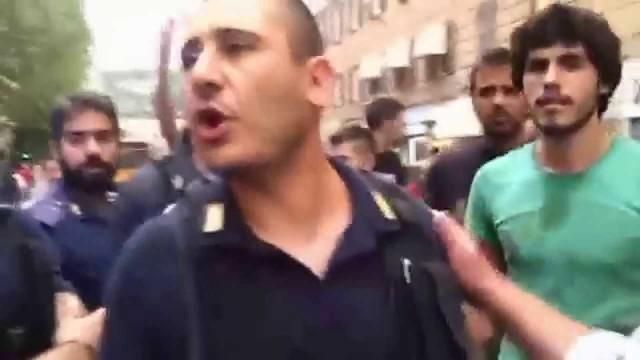 Genova alluvione: gli angeli del fango vs poliziotti
