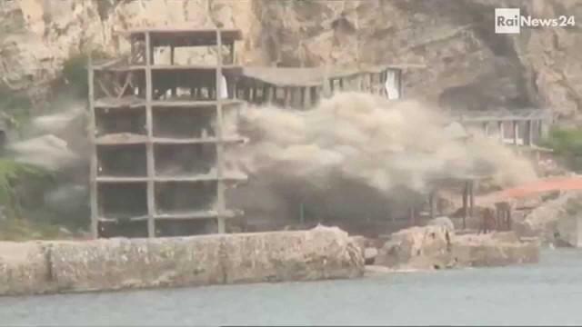 Sorrento: abbattuto l'ecomostro di Alimuri, 60 chili di esplosivo demoliscono la struttura