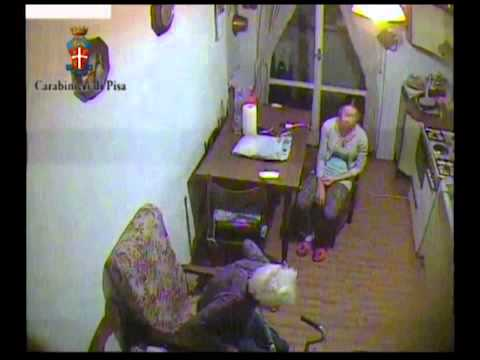 Video-choc: anziana picchiata da badante a Pisa