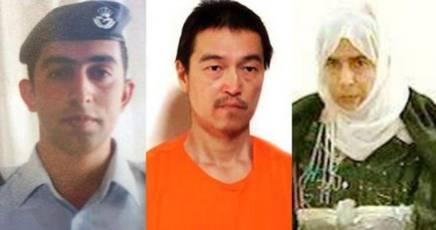 Lo scambio proposto: il pilota giordano ed  il reporter giapponese per la kamikaze irachena. Nella foto da sinistra: Mu'ath Safi Yousef al-Kaseasbeh, Goto Jobo e Sajda al-Rishawi