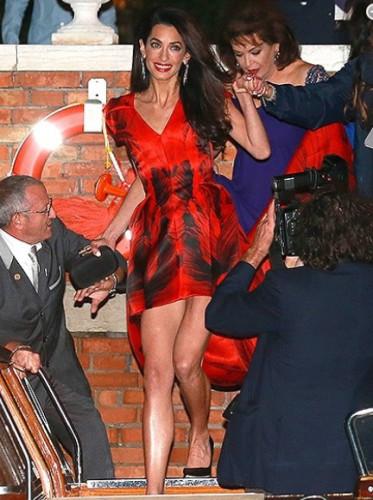 Amal Alamuddin, per la cena prematrimoniale, l'allora futura sposa, indossò un lungo abito rosso di Alexander Mc Queen.