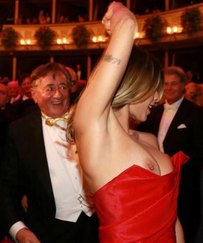 "Elisabetta Canalis ""salta fuori"" al gala di fantasia"