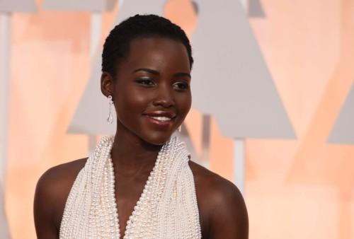 Lupita Nyong'o agli Oscar 2015 indossa l'abito fiabesco creazione di Calvin Klein firmata dallo stilista Francisco Costa per un valore stimato di 150mila dollari