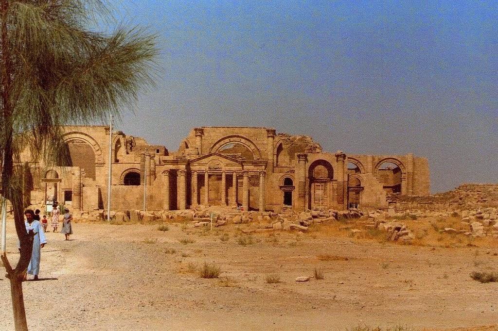 L'antica città di Hatra fu fondata nel III secolo avanti Cristo dalla dinastia dei Seleucidi. Gli jihadisti hanno anche asportato le monete d'oro e d'argento custodite presso il museo locale. Dopo la fondazione da parte dei seleucidi, dinastia ellenistica erede di una parte delle terre conquistate da Alessandro Magno, Hatra passò sotto i parti, diventando nel I e II secolo avanti Cristo un importante centro commerciale e religioso. Poi divenne la capitale del primo regno arabo, resistendo ai tentativi di conquista dei romani e dei persiani, prima di essere espugnata dalle truppe dell'impero persiano della dinastia sasanide nel 240 dell'era cristiana.