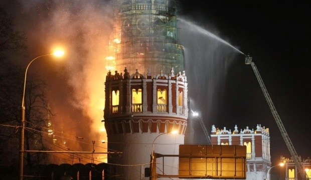 Il monastero Novodevichy a Mosca in fiamme