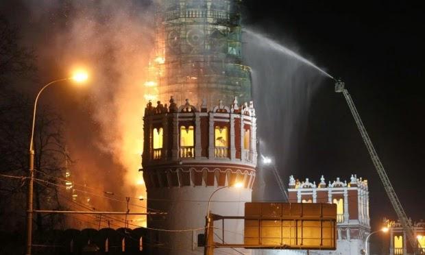 Le fiamme divorano il campanile del monastero di Novodevichy a Mosca