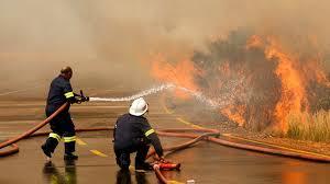 Un incendio violento fagocita la montagna simbolo di Città del Capo