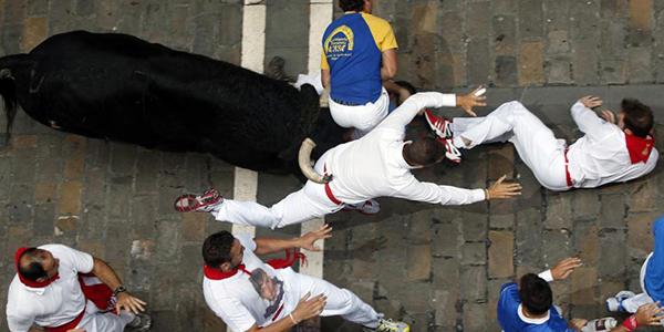 Pamplona, tre incornati durante encierro di San Firmino