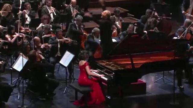"Khatia Buniatishvili interpreta il ""Concerto per piano N° 2″ di Rachmaninoff"