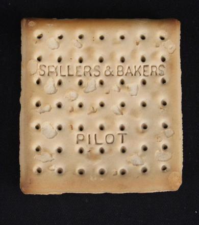 Un biscotto-cracker che è sopravvissuto al naufragio della Titanic è stato venduto per 15.000 £  sterline all'asta, diventando il più costoso biscotto al mondo