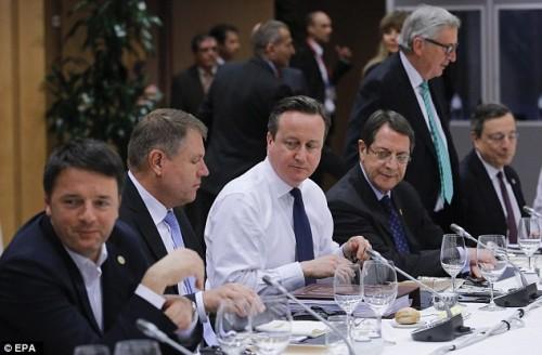 L'UE accetta le richieste di Cameron: mentre fa l'intransigente con la Grecia portandola sull'orlo della guerra civile, dall'altra si inchina alle richieste di Cameron per favorire la Gran Bretagna