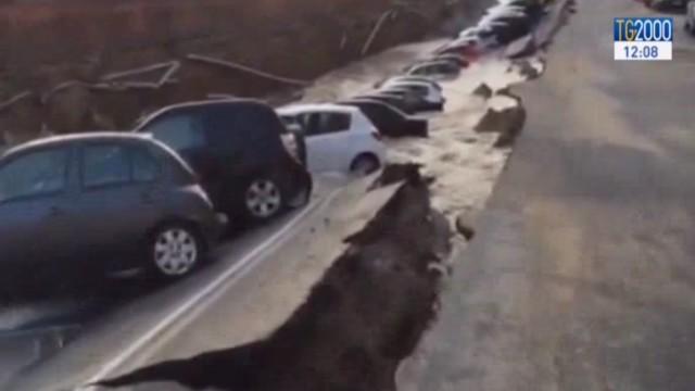 Firenze, la voragine sul Lungarno fa sprofondare più di venti auto