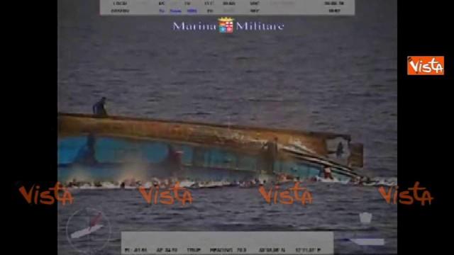 Barcone si rovescia, almeno 500 salvati dalla Marina