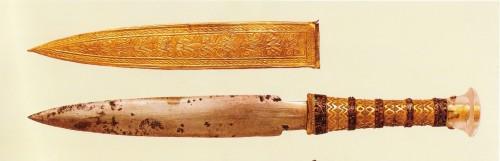 Il pugnale con la lama di ferro meteoritico e il suo fodero in oro rinvenuti, insieme ad un altro pugnale in oro, nella mummia del faraone Tutankhamon. I pugnali facevano parte del corredo funerario, come protezione contro i demoni dell'Aldilà.