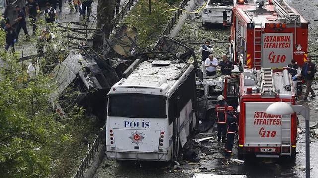 Turchia: autobomba contro bus della polizia, strage nel centro di Istanbul