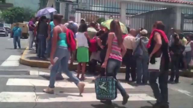 Venezuela, Caracas alla fame: camion di alimentari e negozi saccheggiati