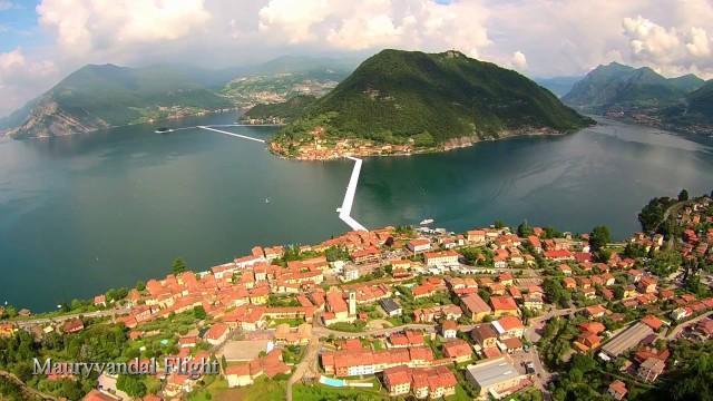 The Floating Piers: Christo ci fa camminare sulle acque dell'Iseo