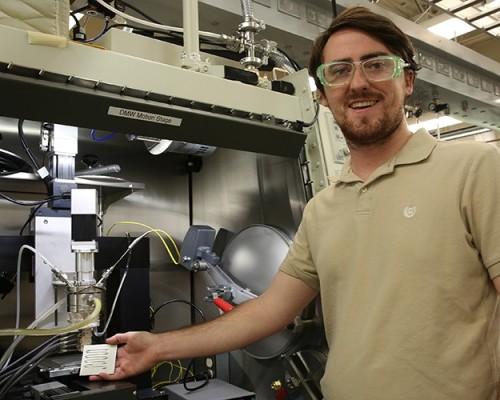 Lo scienziato, del Lawrence Livermore National Laboratory, Luke Thornley collaboratore nell'engineering del nuovo metallo semisolido: una miscela bismuto-stagno, che può essere estruso attraverso l'ugello di una stampante 3D appositamente progettato per l'uso.
