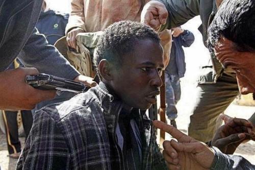 Questi sono uomini armati che fanno del male a uomini disarmati