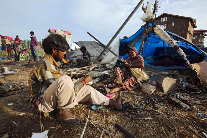 Una tenda improvvisata nella periferia di Srinagar, la capitale estiva del Kashmir indiano. L'India ospita il maggior numero mondiale di persone affamate