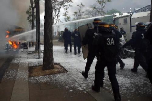 I black bloc devastano Parigi