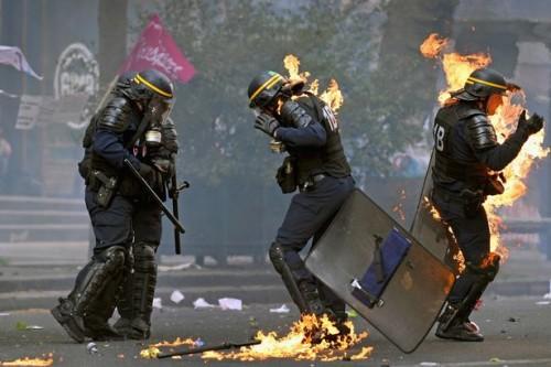 Agenti travolti dalle fiamme durante le rivolte di Parigi