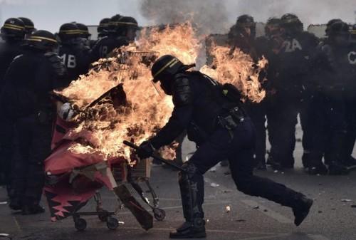 Circa 9.000 poliziotti sono stati arruolati per controllare la folla alla marcia del 1 maggio di Parigi