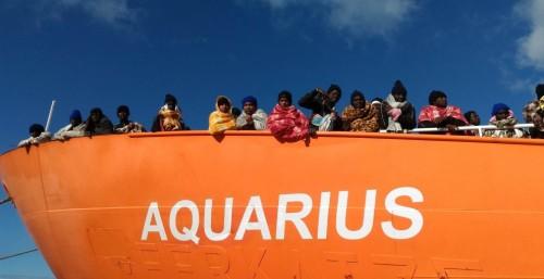 La ONG AQUARIUS è una nave da ricerca e soccorso italo-franco-tedesca SOS Méditerranée (MSF), precedentemente appartenuta alla Guardia costiera tedesca con il nome di Meerkatze (letteralmente: Gatto di mare). Attualmente batte bandiera di Gibilterra.