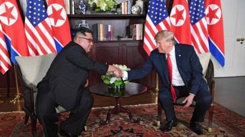 Trump e Kim sono rimasti seduti l'uno di fronte all'altro e il clima appare molto cordiale. Davanti alle telecamere, i due leader si sono stretti ripetutamente la mano.