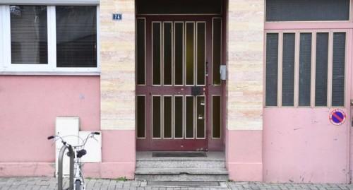 """Cherif Chekatt è stato ucciso giovedì sera, 48 ore dopo l'attentato, nel distretto di Neudorf, in rue Lazaret, 74. """"Poco prima delle 21, agenti di polizia della BST (brigata di territorio specializzata) identificano un uomo il cui rapporto potrebbe corrispondere a Cherif Chekatt. L'uomo finge di aprire la serratura di una residenza senza riuscirci. Gli agenti di polizia prendono la strada nella direzione opposta, apostrofano l'uomo che allora si gira e spara nella loro direzione.."""", secondo la storia del procuratore di Parigi Remy Heitz. Un proiettile raggiunge la macchina della polizia sopra la porta posteriore sinistra. La polizia - 2 uomini ed una donna - non esitano a rispondere al fuoco """"per molte volte"""" ed uccidono Cherif Chekatt. L'uomo crolla sul marciapiede di fronte alla porta della sua residenza. Sono le 21:05 Il terrorista portava il vecchio revolver MAS 1892 con tamburo contenente """"6 cartucce di cui 5 erano state già esplose"""", un coltello e otto altre munizioni di calibro 8 mm nella tasca interna del suo giaccone. Era infagottato in un piumino con un cappuccio di pelliccia. Cherif Chekatt è morto qui da solo, per strada come aveva sempre vissuto."""