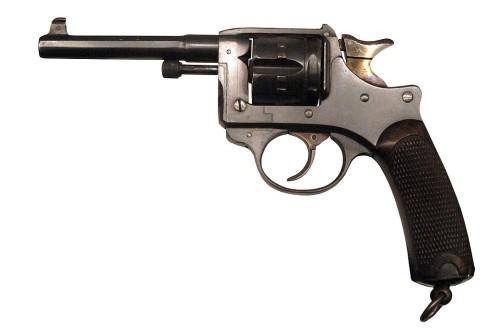 """Il revolver Modello 1892 (noto anche come """"Lebel revolver"""" e """"St. Etienne 8mm"""") è un revolver francese di servizio prodotto dalla Manifattura d'armate di Saint-Étienne in sostituzione del revolver MAS 1873 . Era l'arma standard per gli ufficiali dell'esercito francese durante la prima guerra mondiale . Il revolver Modèle 1892 è un revolver a telaio solido con il cilindro su un telaio separato che si muove verso destra per ricaricare manualmente. La Modèle 1892 fu messa in campo per la prima volta nel 1893 ed ebbe un ruolo di spicco tra gli ufficiali militari francesi durante la prima guerra mondiale e in seguito la polizia francese fino alla metà degli anni '60. Una pistola meccanica e molto ben rifinita, la Modèle 1892 spara proiettili da 8 mm con una potenza impressionante equivalente a quella di un tondo ACP 32 . Presenta inoltre un calibro più piccolo rispetto a molti altri revolver militari di quel periodo, tra cui il revolver Webley e il suo predecessore, il revolver MAS 1873 ."""