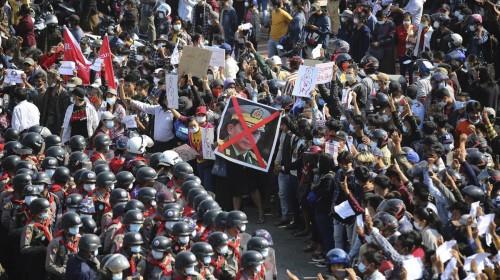 le-proteste-in-myanmar-lunedi-mattina-contro-il-colpo-di-stato-militare